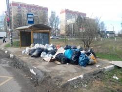 Мусорная свалка на остановке в Литвиново
